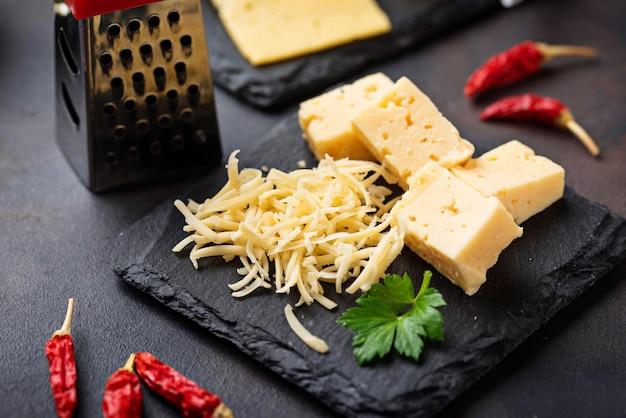 スレート板にすりおろしたチーズ