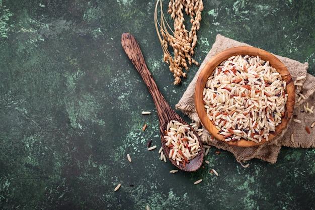 Микс из коричневого, красного и дикого риса в миске