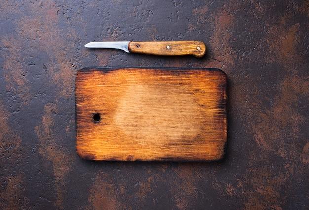 空のビンテージまな板とナイフ