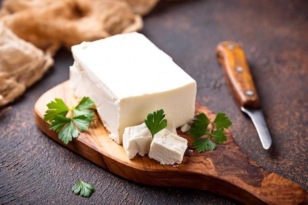 さびた背景にフェタチーズ