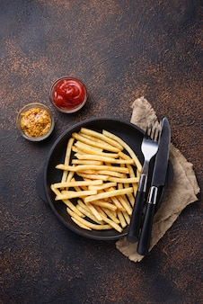 Картофель фри с томатным соусом и горчицей