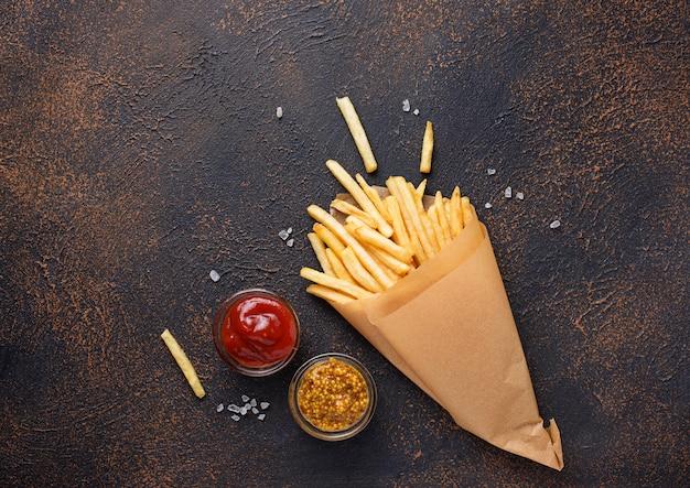 ソースと紙袋にフライドポテト
