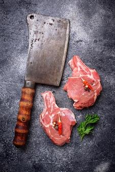 生の肉と肉屋のナイフ