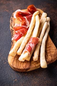 伝統的なイタリアの前菜グリッシーニと生ハム