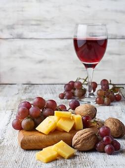 赤ワイン、ブドウとチーズのグラス