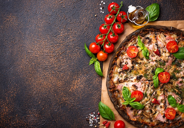 流行の料理イタリアンブラックピザ