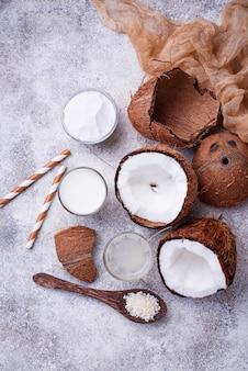 ココナッツミルク、水、油、削りくずのセット。