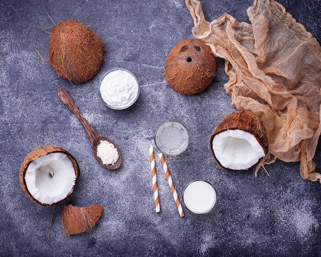 Набор кокосового молока, воды, масла и стружки.