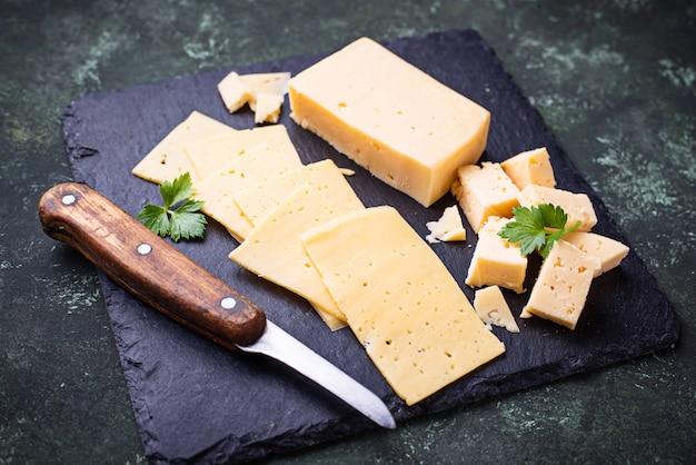 Различный тип нарезанного сыра