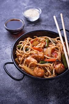 チキン、豆腐、野菜のフライ麺をかき混ぜる。