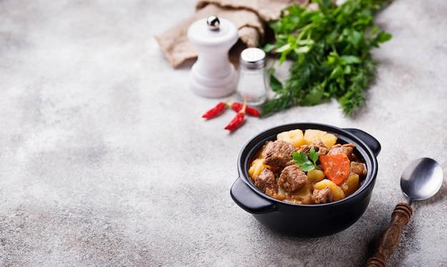 ビーフシチュー、ポテトとニンジン