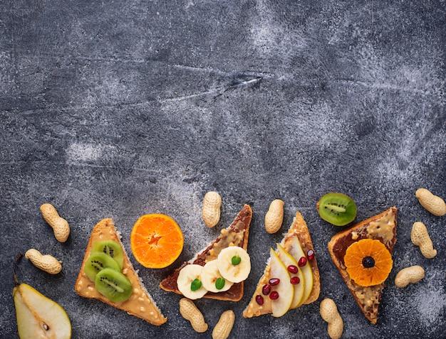 ピーナッツバターとフルーツの健康的なサンドイッチ