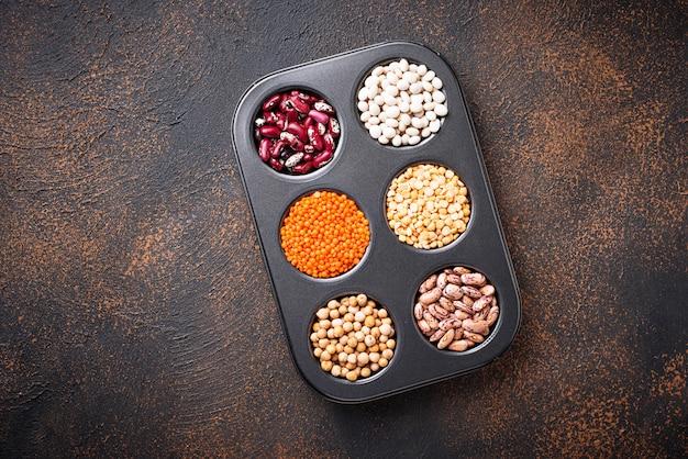 ひよこ豆、赤レンズ豆、黄エンドウ豆、豆。