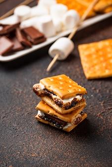 クラッカー、マシュマロ、チョコレートの自家製スモーレ