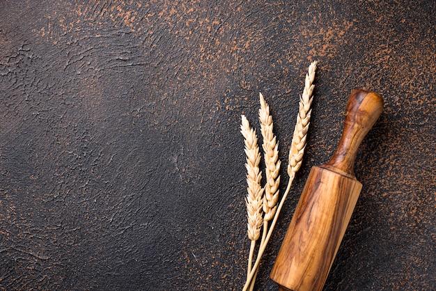 麺棒と小麦の穂