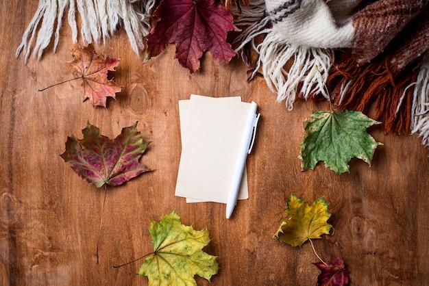格子縞と葉の秋の背景