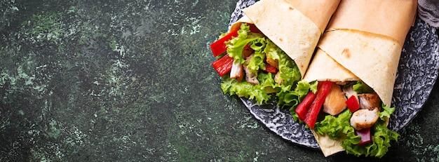 トルティーヤ、チキンの切り身と野菜のラップ