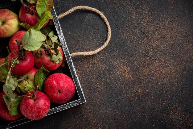 新鮮な甘いリンゴの木箱