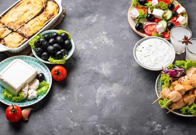 伝統的なギリシャ料理の盛り合わせ
