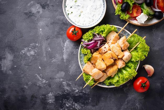 Традиционные греческие мясные шашлычки сувлаки