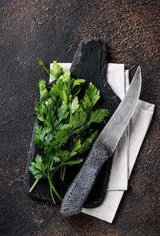 パセリとまな板の上のナイフ