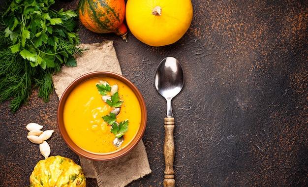 ベジタリアン秋のカボチャのクリームスープ