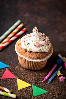 クリームとデコレーションの誕生日ケーキ