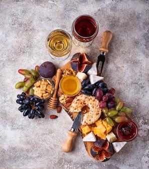 ブドウとワインのチーズプレート
