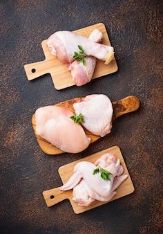 Филе сырого куриного мяса, бедра, крылья и ножки