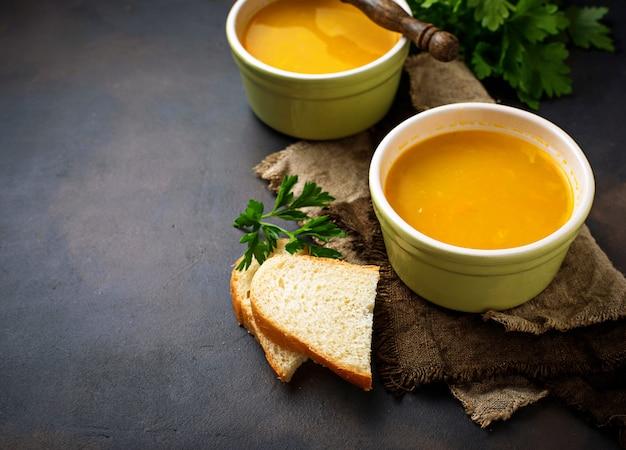 Чаши горячего вегетарианского супа из красной чечевицы