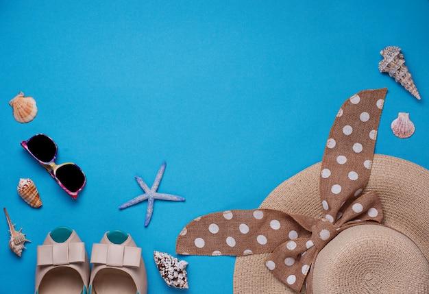 麦わら帽子、サングラス、青の背景に靴