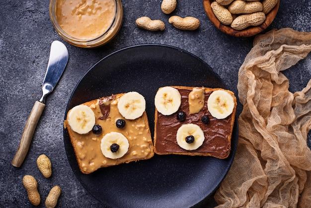 ピーナッツバターとクマの形のサンドイッチ