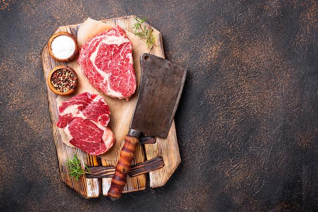 生大理石のリブアイステーキと肉屋のナイフ