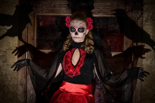 Девушка в костюме на хэллоуин.