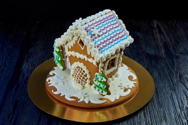 黒のクリスマスジンジャーブレッドハウス。