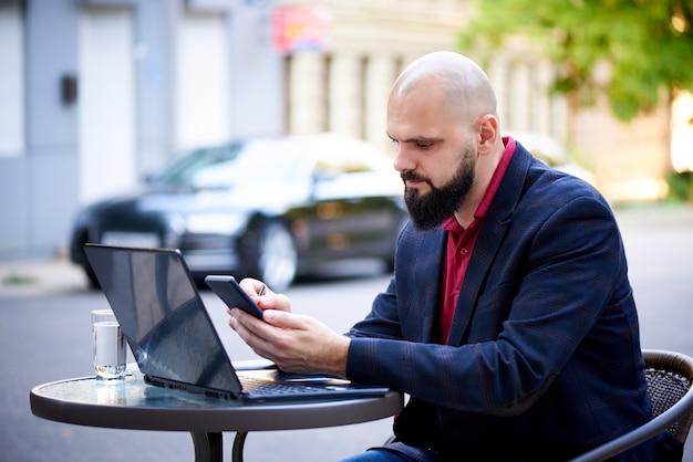 成功した若い男はカフェで働いています。