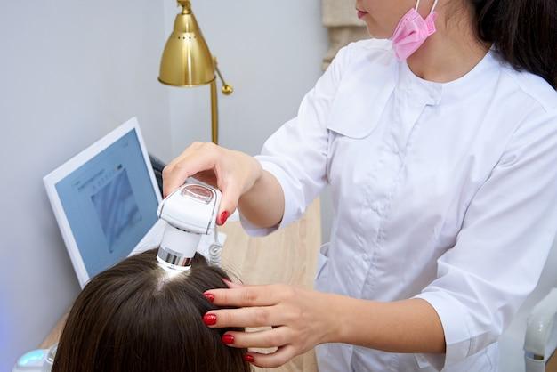頭皮の毛と皮膚の顕微鏡検査のための診断複合体。