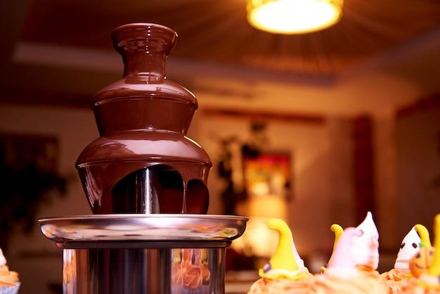 ハロウィーンパーティーのためのチョコレートの噴水。