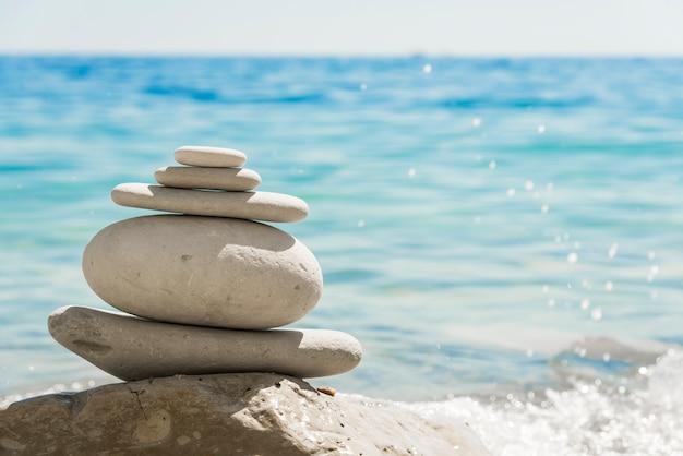 白い石が海岸に山に積み上げ