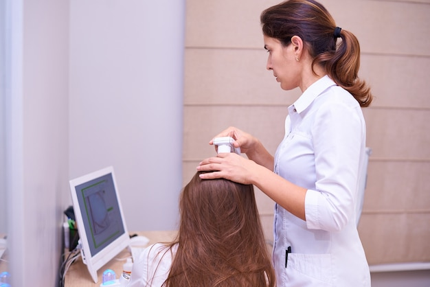 頭皮の毛と皮膚の顕微鏡検査。