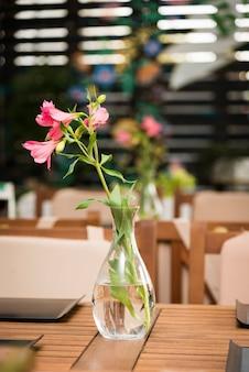 カフェのテーブルの上の花と花瓶