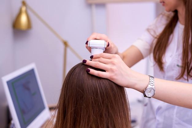 Диагностический комплекс для микроскопического исследования волос и кожи волосистой части головы.