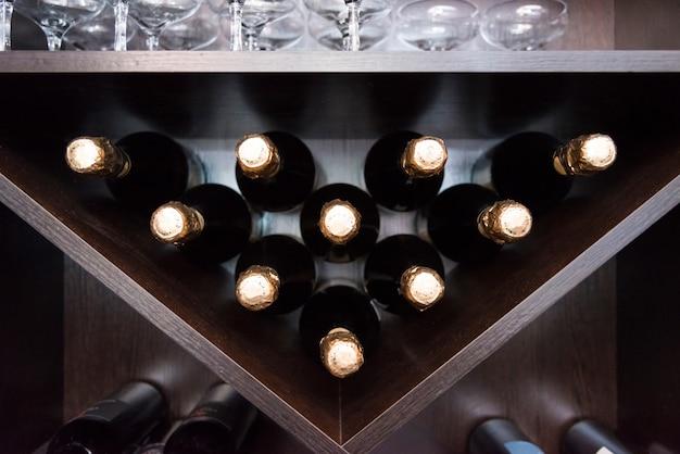 シャンパンはバーの棚の上