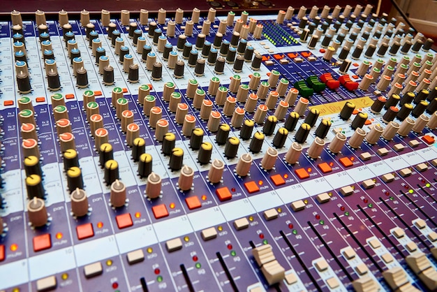 プロのサウンドコントロールパネルのクローズアップ。