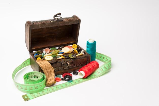 ボタンとスレッドの小さな木箱