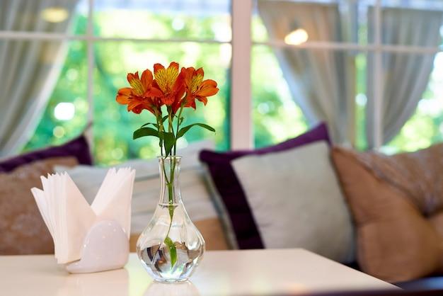 Свежие лилии в стеклянной вазе
