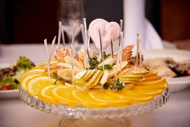 スライスされたフルーツと皿の上のマーマレードハート。