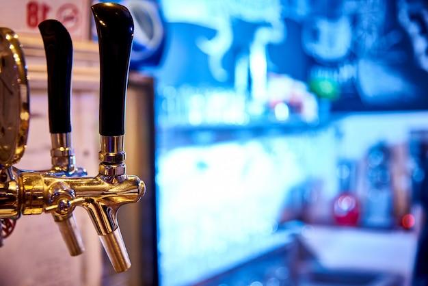 明るい背景にビールをタップします。コピースペース。