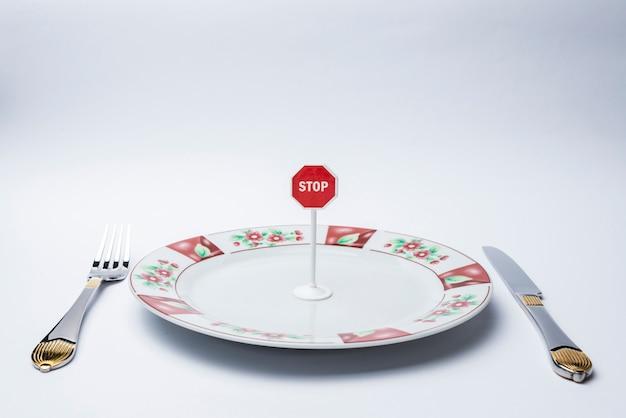 白い皿に一時停止の標識