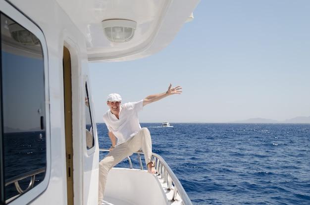 若い男がヨットの上で休んでいます。